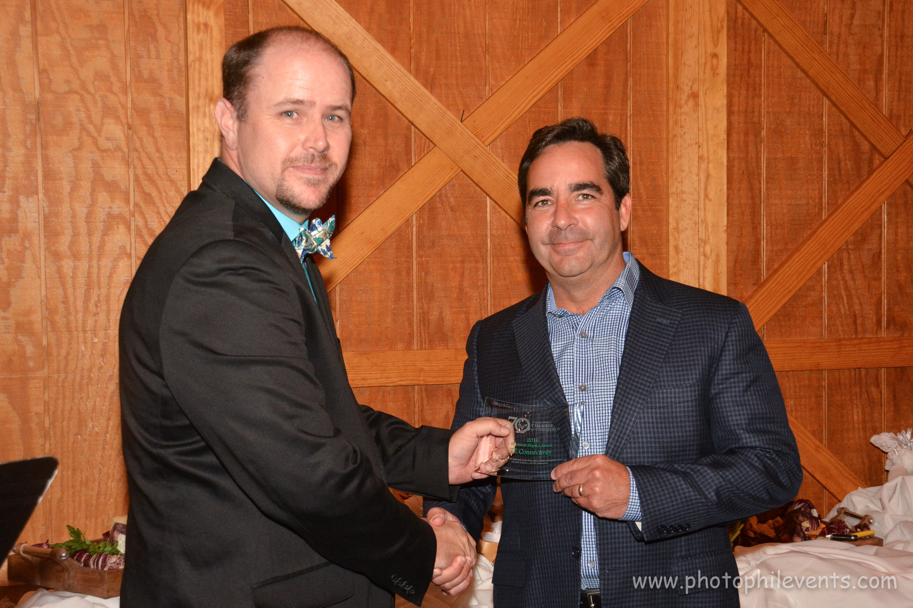 Mike Cole presents TE Connectivity with Business Impact Award